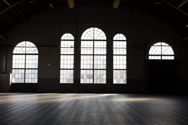 leere lager- oder industriehalle